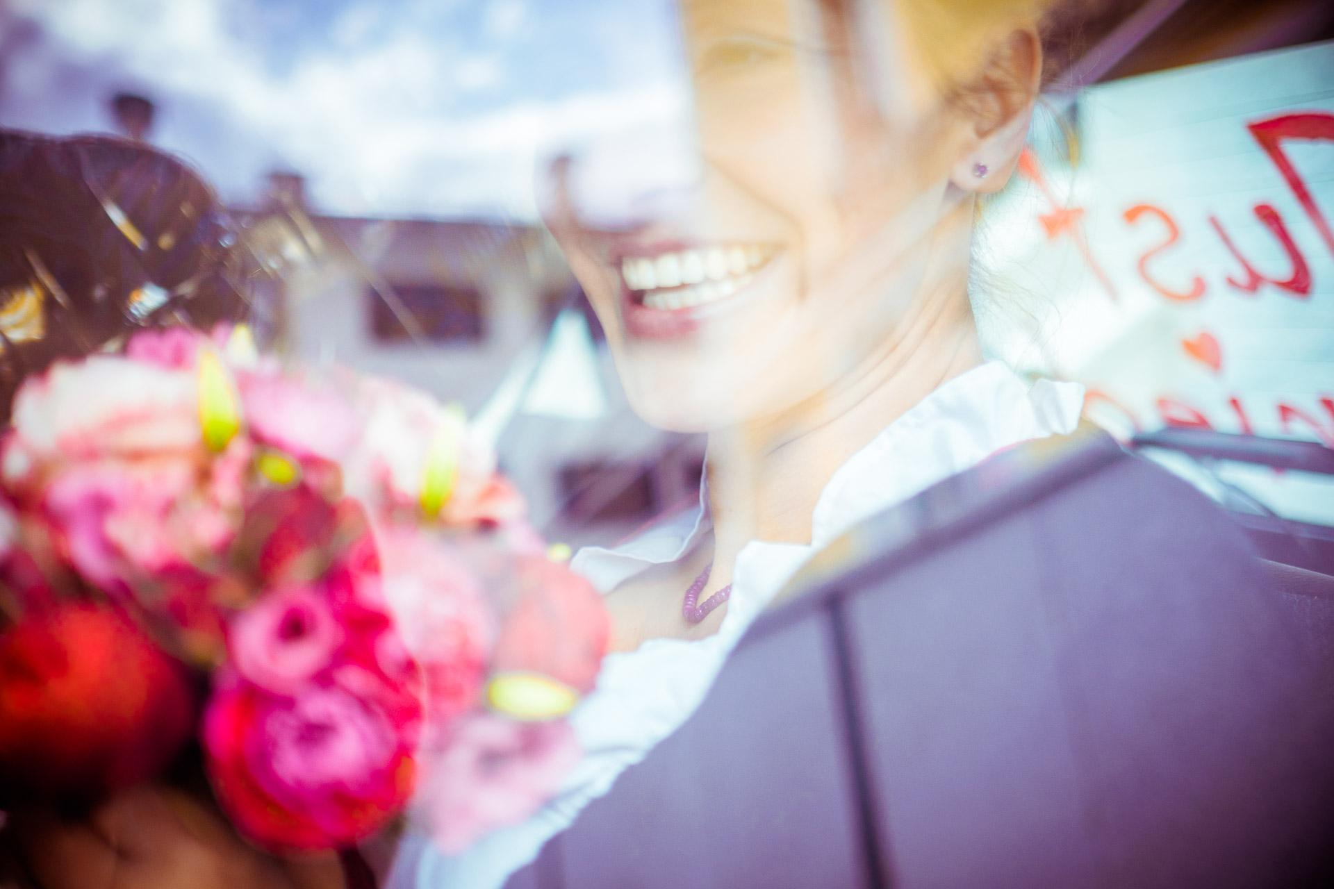 Trauung Glück Freude Blumenstrauß Hochzeit Braut Auto Hochzeitsfotografie